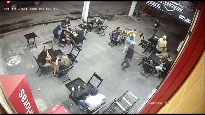 Frequentadores pouco puderam fazer com a chegada surpresa dos criminosos