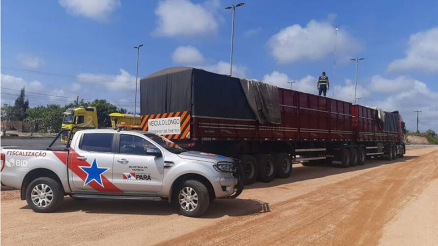 Fiscal da Sefa sobre a carreta vinda do Rio Grande do Norte, com nota fiscal ilegal de carga de cerveja avaliada em quase 500 mil reais