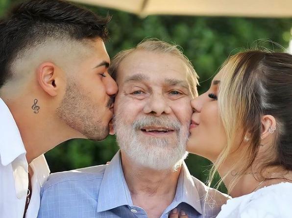 O pai entre o casal que fazia questão de declarar o amor a Seu Mário
