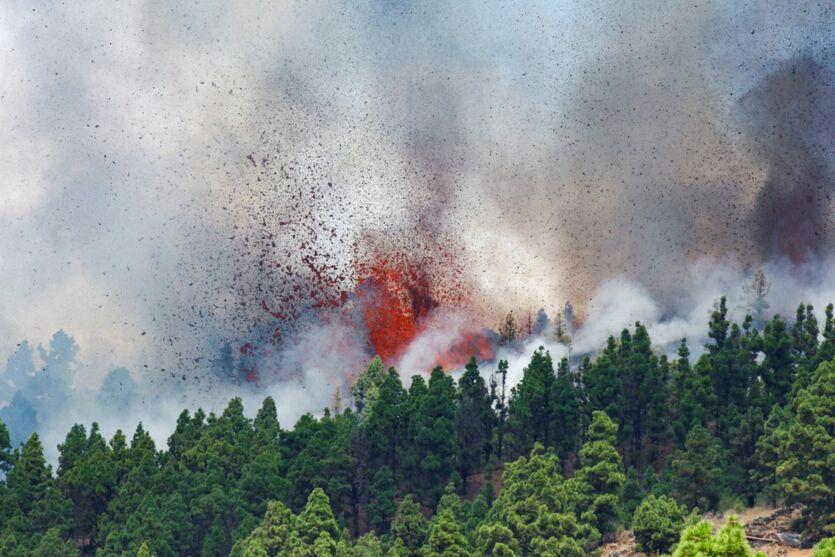 O vulcão expele várias colunas de fumaça, cinzas e lavas.