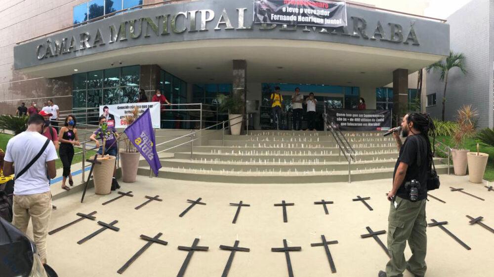 Durante o ato, foram acessas centenas de cruzes e velas nas escadarias e foram estendidas faixas de repúdio ao Presidente da República