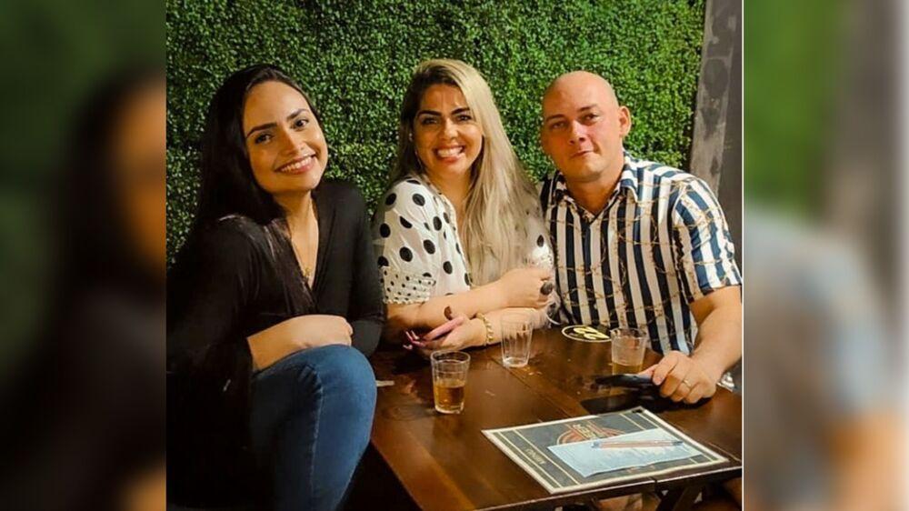 Os três assumiram a relação há quase um ano e há cerca de seis meses, criaram um perfil em uma rede social para divulgar a vida que escolheram.