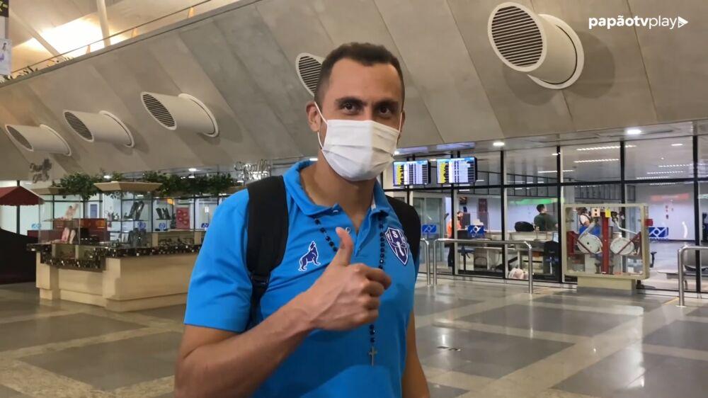 Victor Souza concedeu entrevista no desembarque.