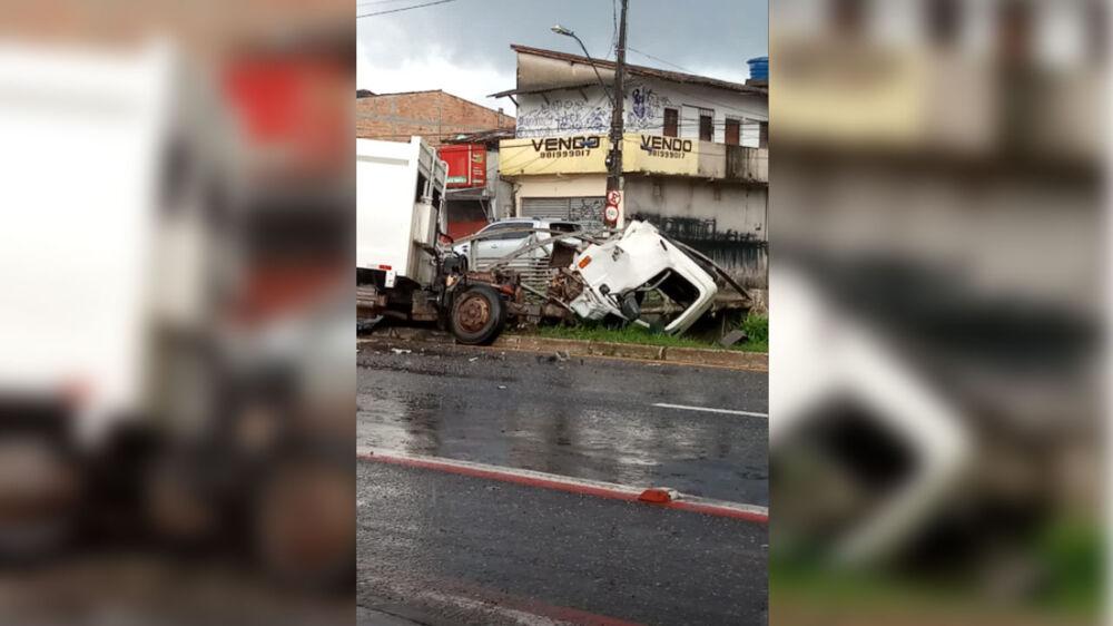 Imagem ilustrativa da notícia: Caminhão é destruído em acidente em Belém. Veja o vídeo!