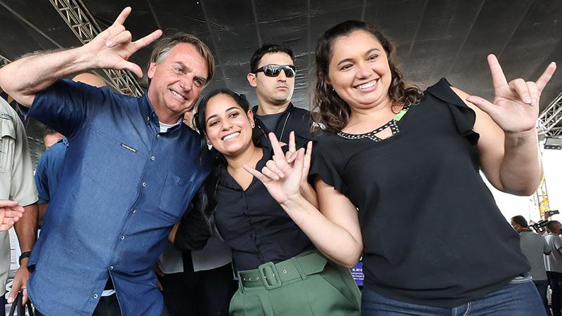 Jair Bolsonaro é cercado por apoiadores