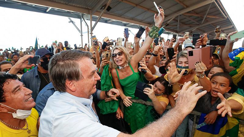 Bolsonaro cumprimenta apoiadores