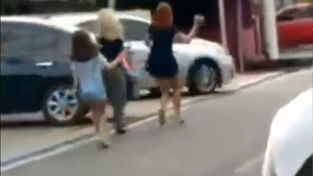 Fato foi filmado por ocupantes de outro carro