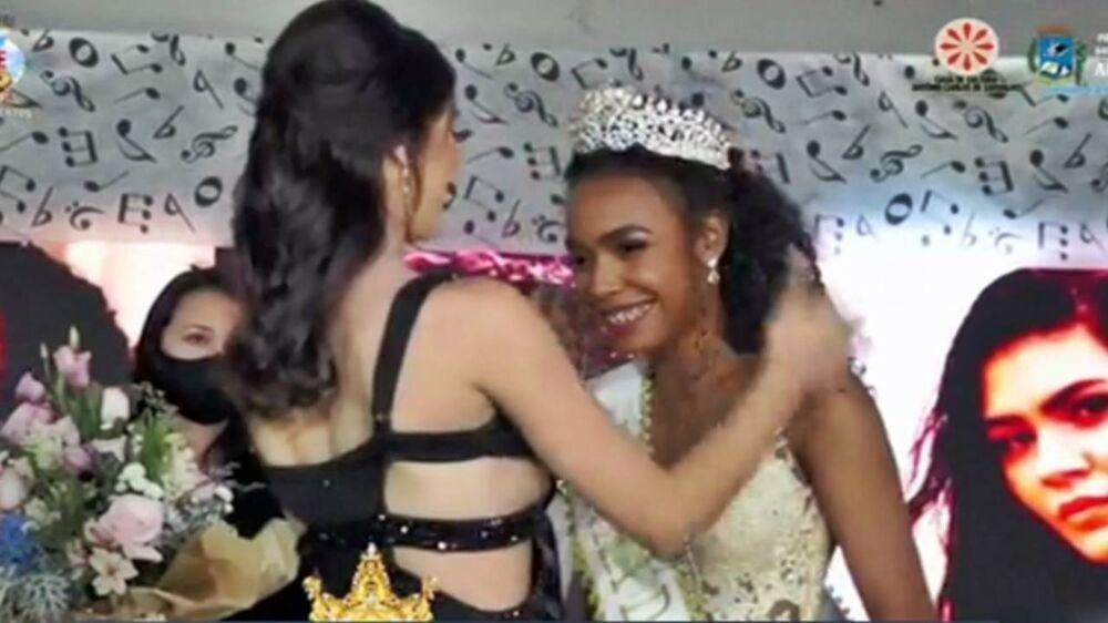 O momento em que a nova mulher mais bonita da cidade recebia a coroa