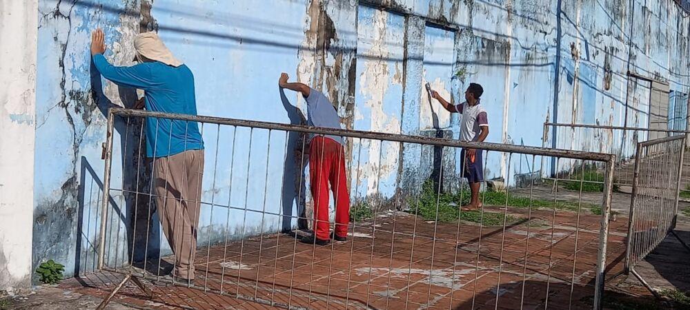Grupo de pedreiros já realizam o trabalho de revitalização na parte externa do estádio da Curuzu
