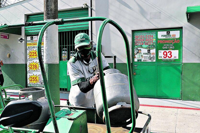 De acordo com a Agência Nacional do Petróleo, Gás Natural e Biocombustíveis (ANP) a região norte teve um aumento de R$ 20,00 reais no produto.