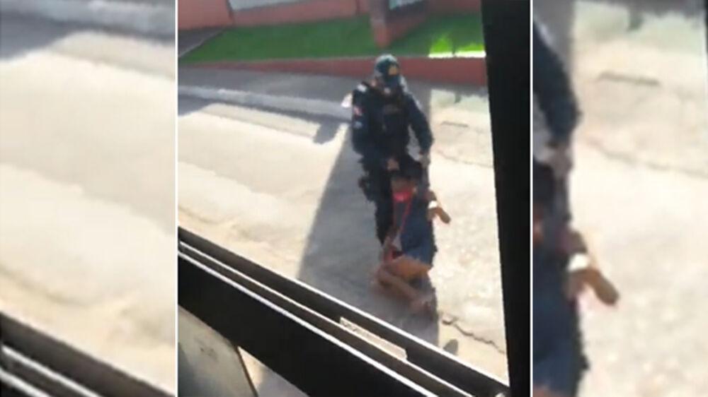 PM arrasta mulher para fora do ônibus.