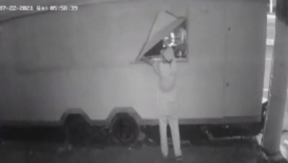 Imagem ilustrativa da notícia: Vídeo: homem furta lanchonete de Belém durante madrugada