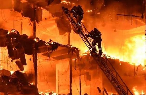 Bombeiros tentam apagar o fogo que tomou conta do prédio