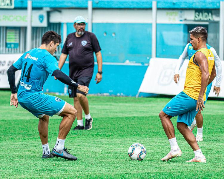 Zagueiro Victor Sallinas e meia Willian Fazendinha disputam bola no último treino do Paysandu para encarar o Manaus.