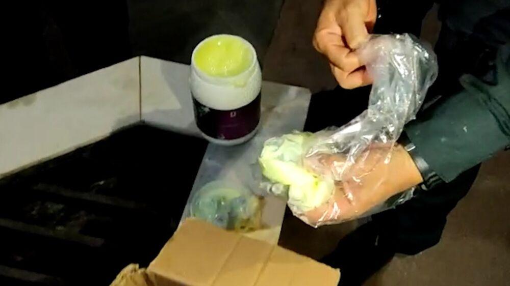 Imagem ilustrativa da notícia: Vídeo: polícia encontra droga escondida em creme de cabelo