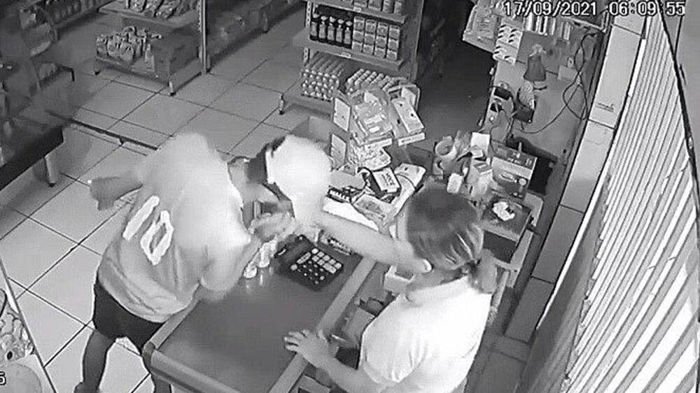 Ladrão se despede da vítima com um beijo na mão após o assalto.