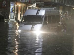 Chuva alaga ruas e casas de Belém