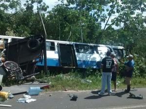 Veja imagens do acidente entre ônibus e caminhonete na estrada de Mosqueiro