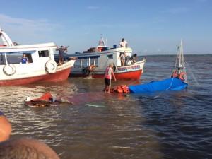 Barco pesqueiro naufraga após colidir com embarcação