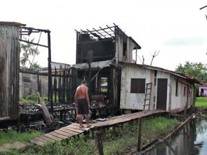 Incêndio destrói casa em Icoaraci