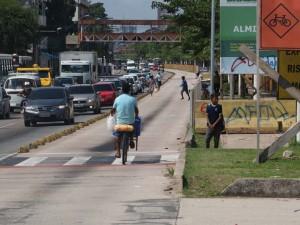 Ciclistas se arriscam na Almirante Barroso