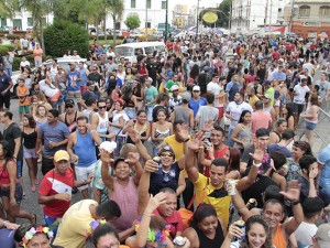 Blocos de rua agitam foliões na Cidade Velha, em Belém