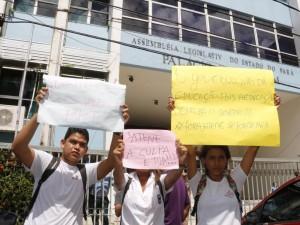Alunos protestam contra estado precário do Paes de Carvalho