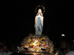 Procissão ilumina ruas em devoção a Nossa Senhora de Lourdes