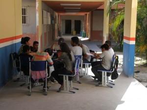 Alunos têm aula em corredor de escola estadual
