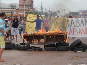 Protesto por saneamento bloqueia a Avenida Augusto Montenegro