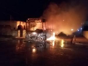 Criminosos incendeiam ônibus em Benevides