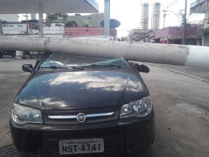 Poste desaba sobre veículo e deixa moradores sem energia em Belém