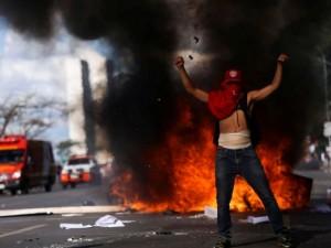 Protesto contra governo tem feridos e depredações