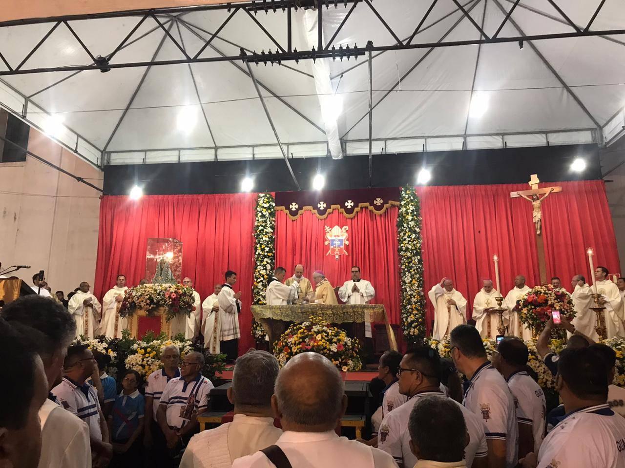 Missa campal iniciou por volta das 5h30.