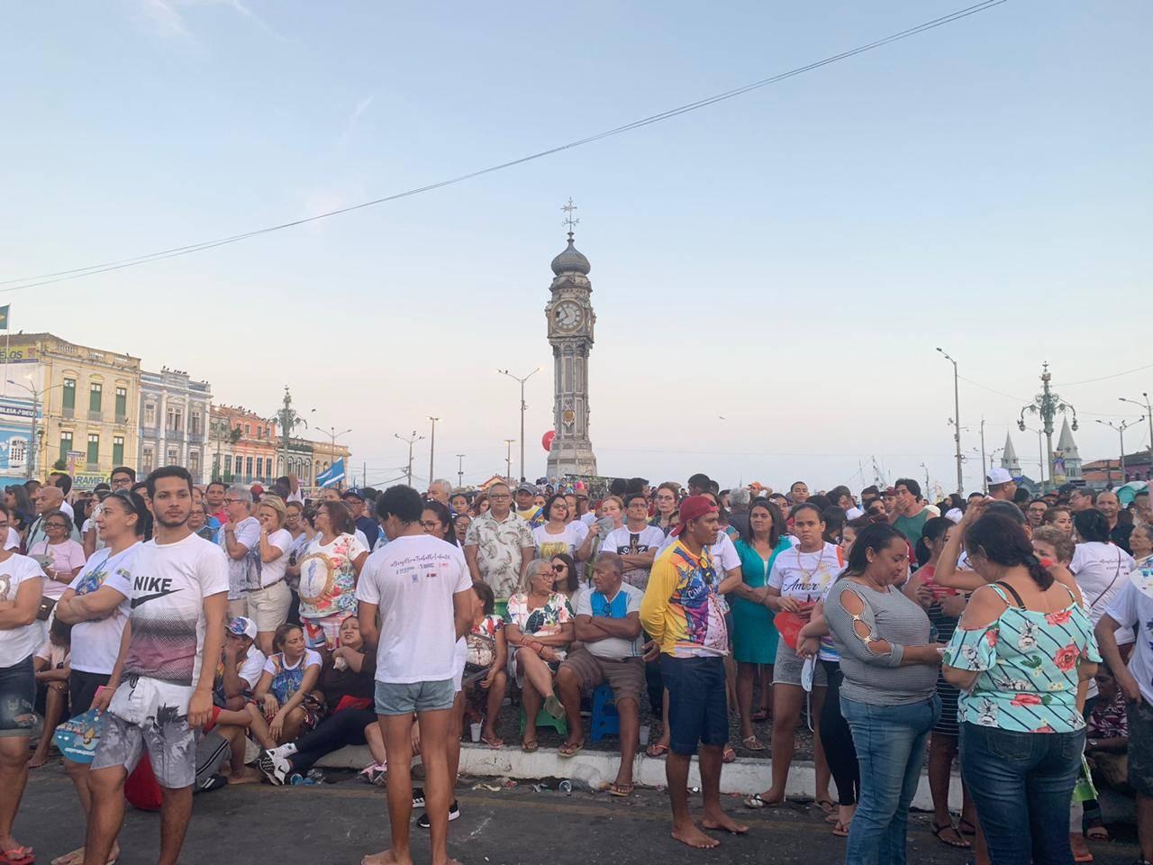 Milhares de romeiros esperam pelo início da procissão.