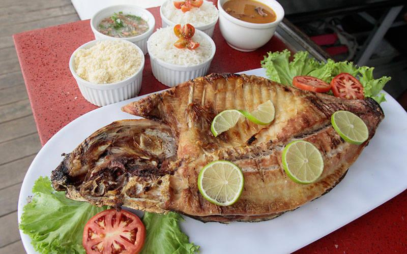 O tambaqui assado é uma das especialidades dos restaurantes do Combu