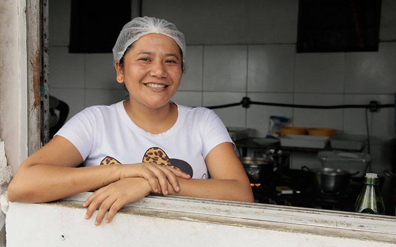 Natália e outras 19 pessoas trabalham no restaurante que funciona todos os dias da semana