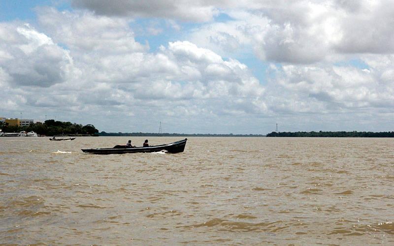 Variedade nos tipos de embarcações que cruzam as águas do rio Guamá