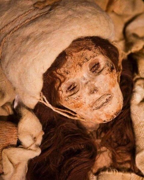 O corpo de La Bella de Loulan preservados em perfeitas condições graças ao nível de salinidade dos pisos, exibem roupas de lã tingida de várias cores.