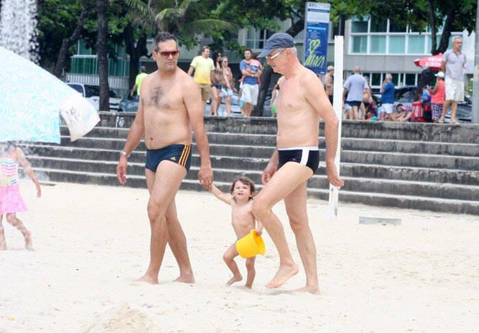 Caruso com o netos na praia.