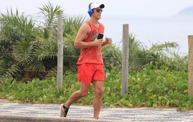 Gianecchini correndo na praia.