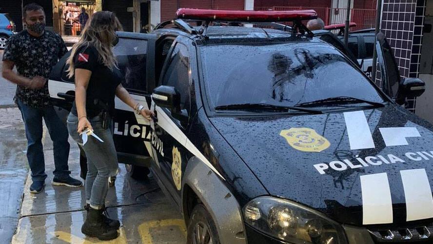 Equipes da Polícia Civil localizaram o acusado e o prenderam.