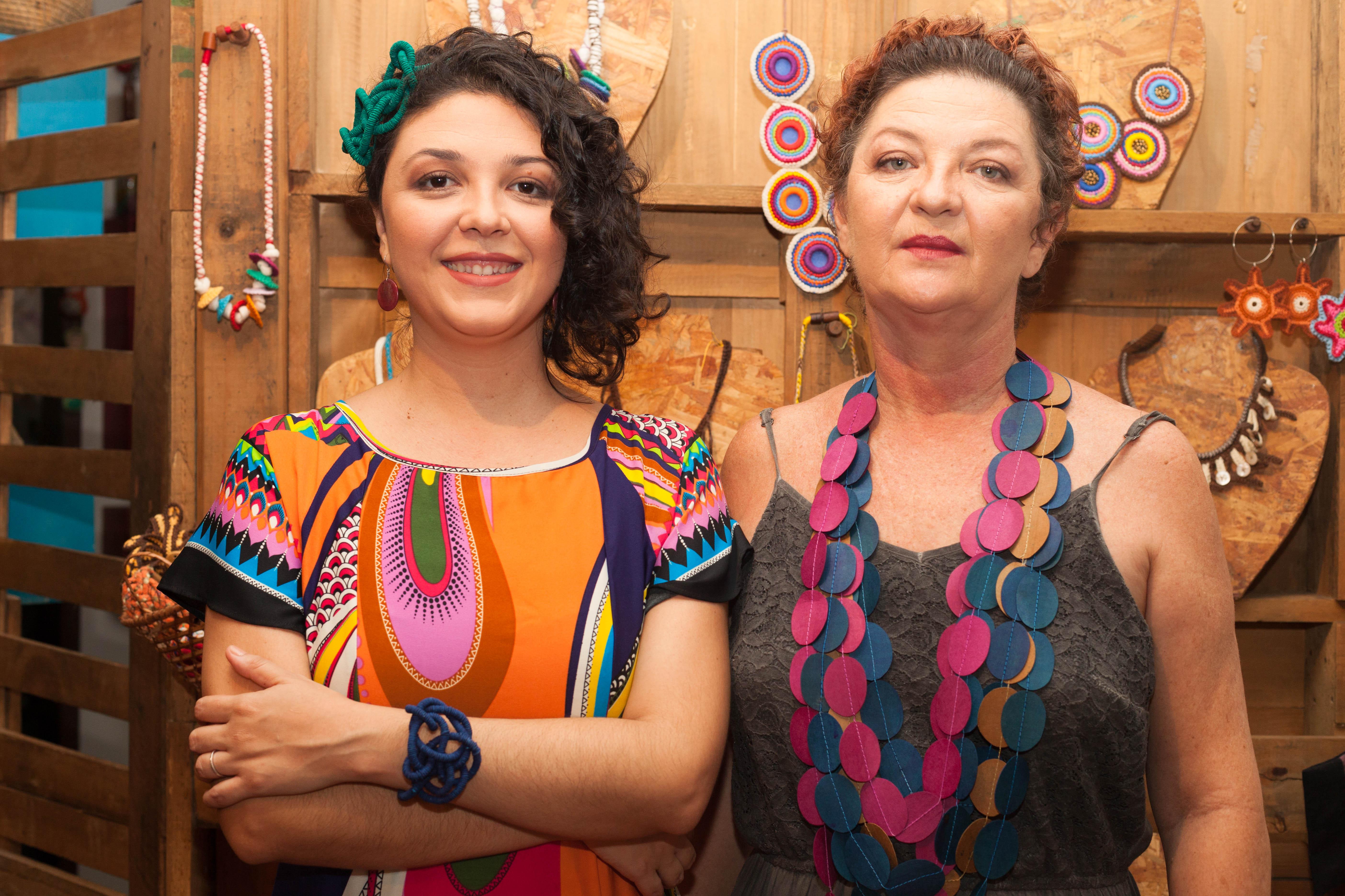 À direita, Tainah Fagundes, sócia-criativa, e à esquerda, a artesã fundadora da Da Tribu, Kátia Fagundes