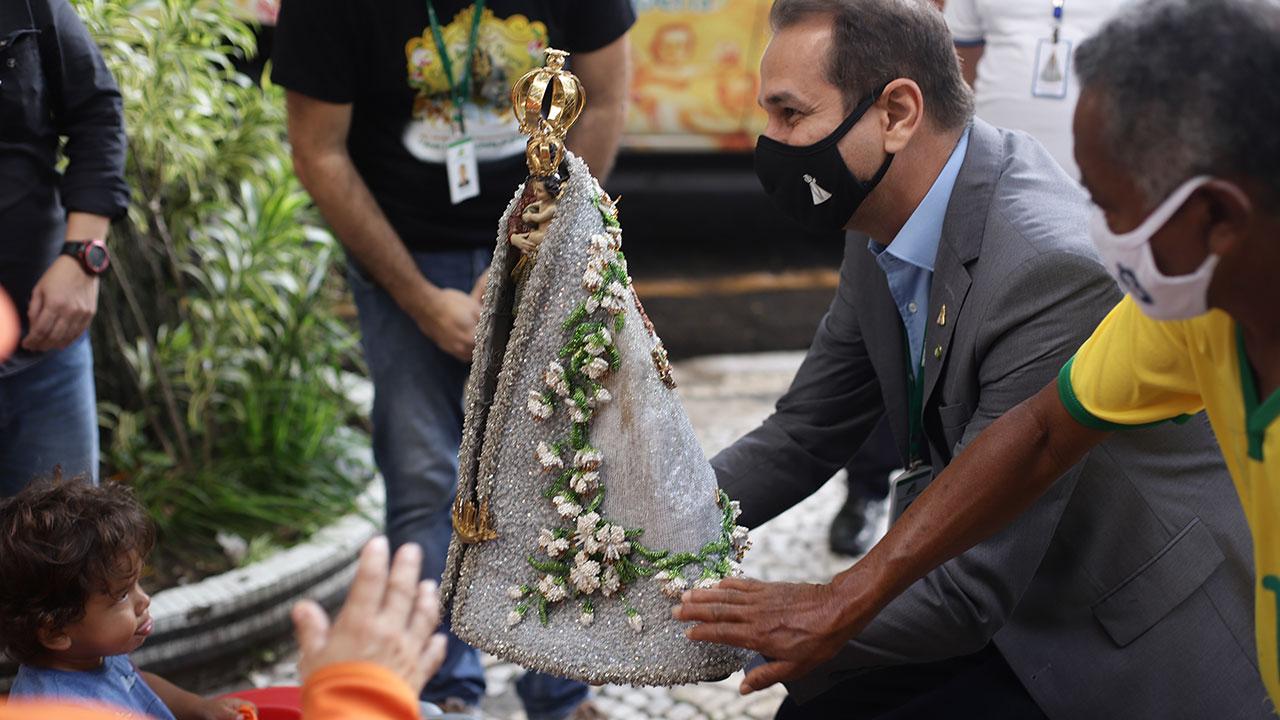 Presidente Valdecir Tose conduz a imagem peregrina