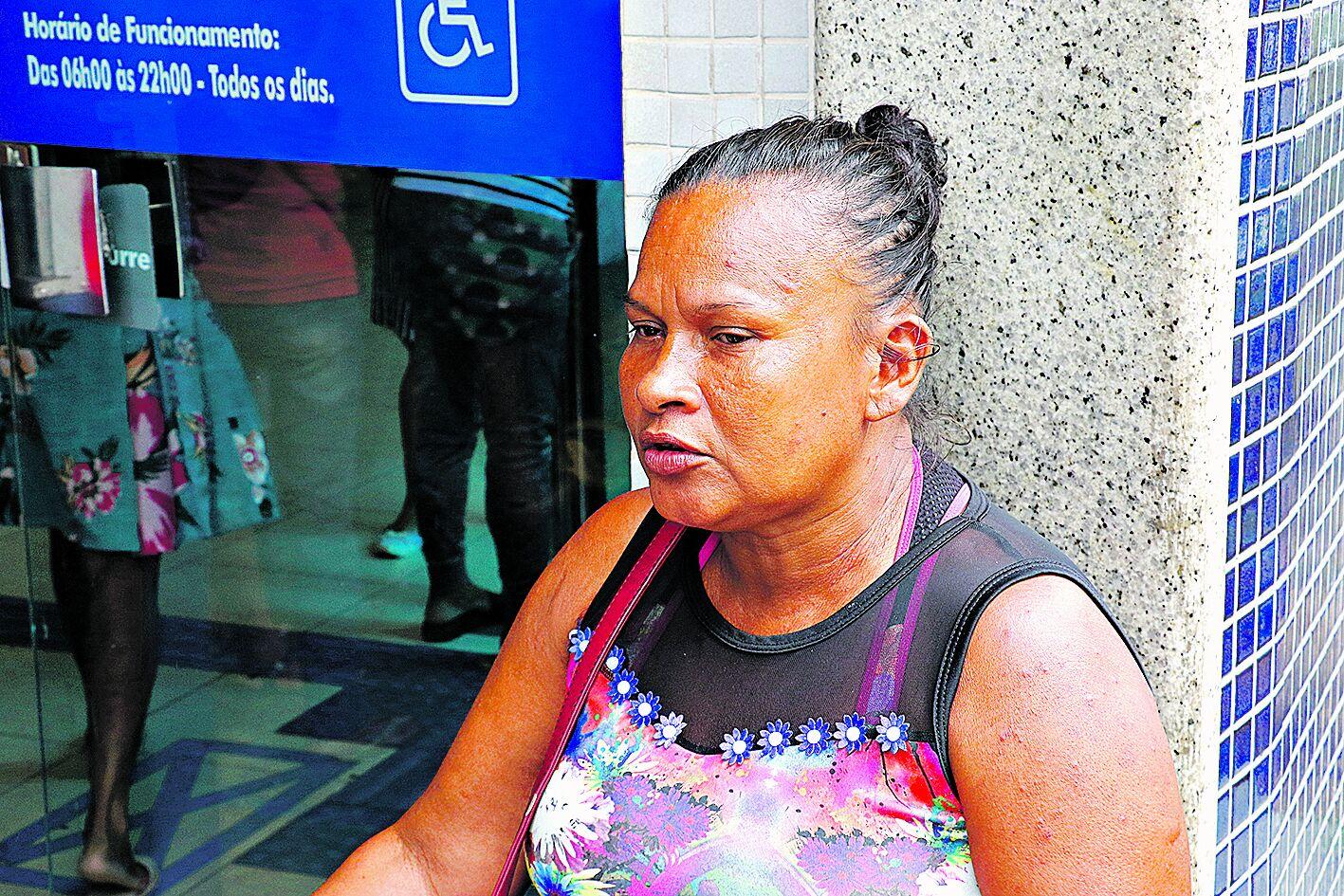 A dona de casa Francinete Alves tenta o saque há cinco meses