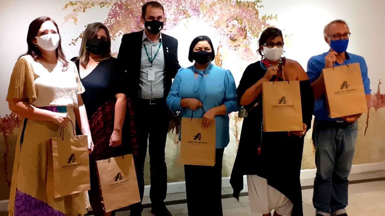 Presidente do Basa, Valdecir Tose, com Andrea Fiuza, Telma Grisólia, Conceição Mainiere, Andrea Ferreira e o curador Afonso Gallindo