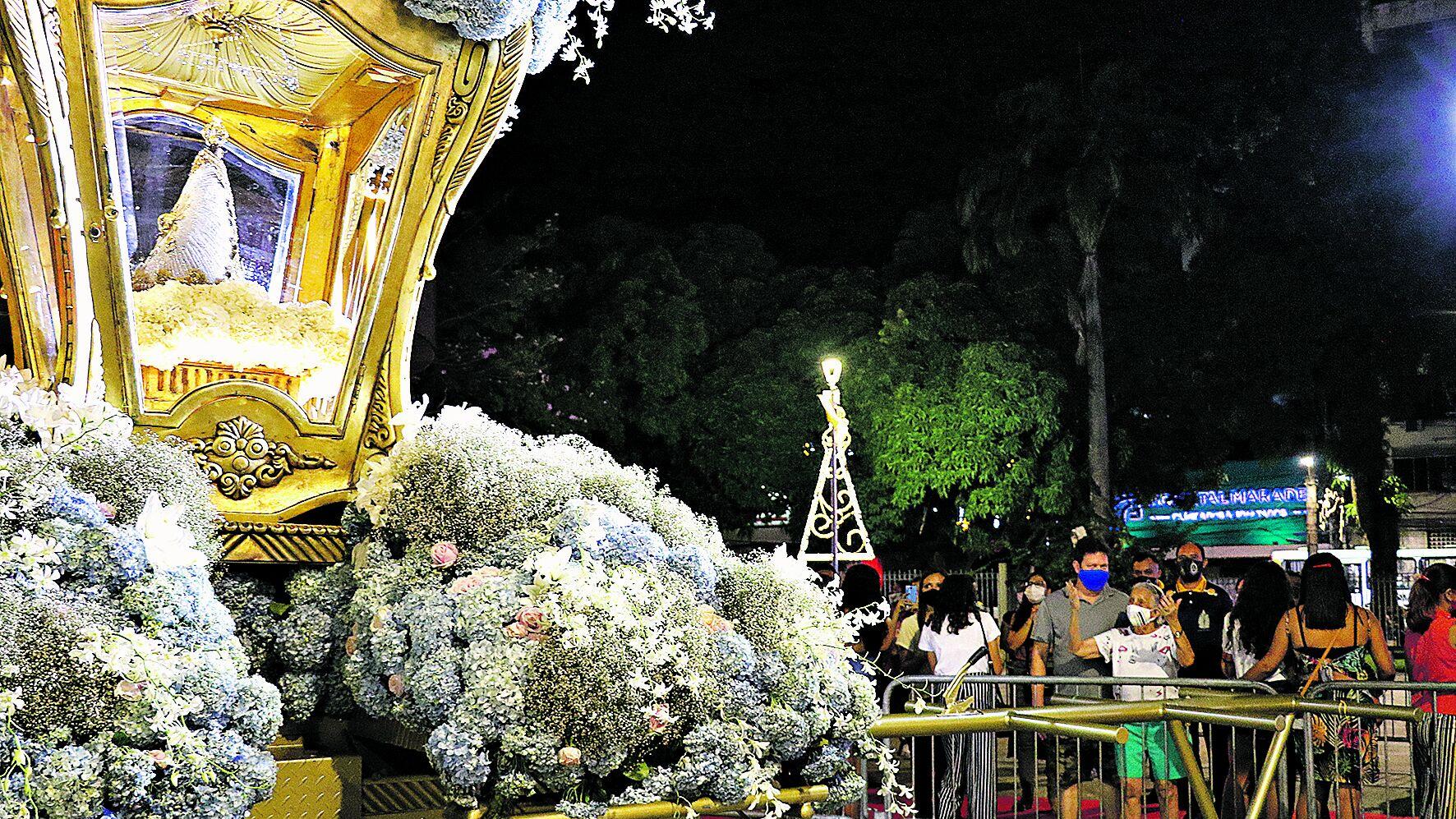 À noite, a imagem peregrina recebeu muitos visitantes