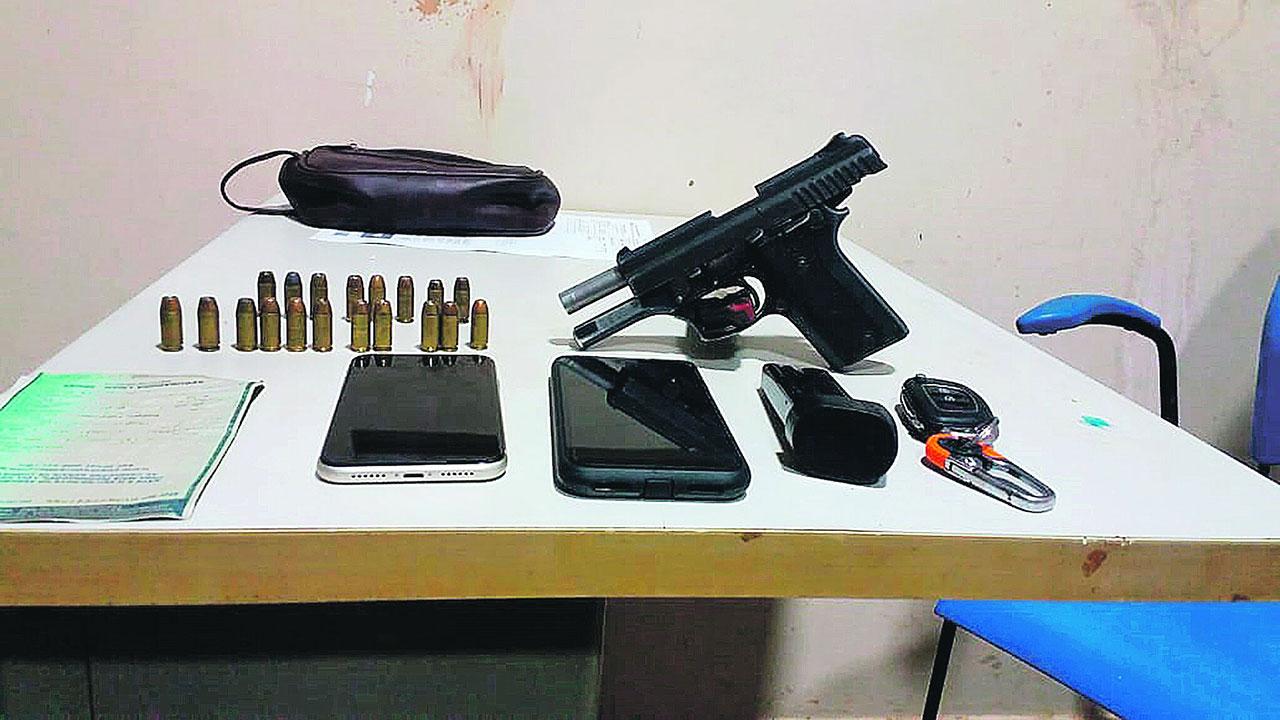 Arma, munição e celulares estavam dentro do carro, relataram os policiais