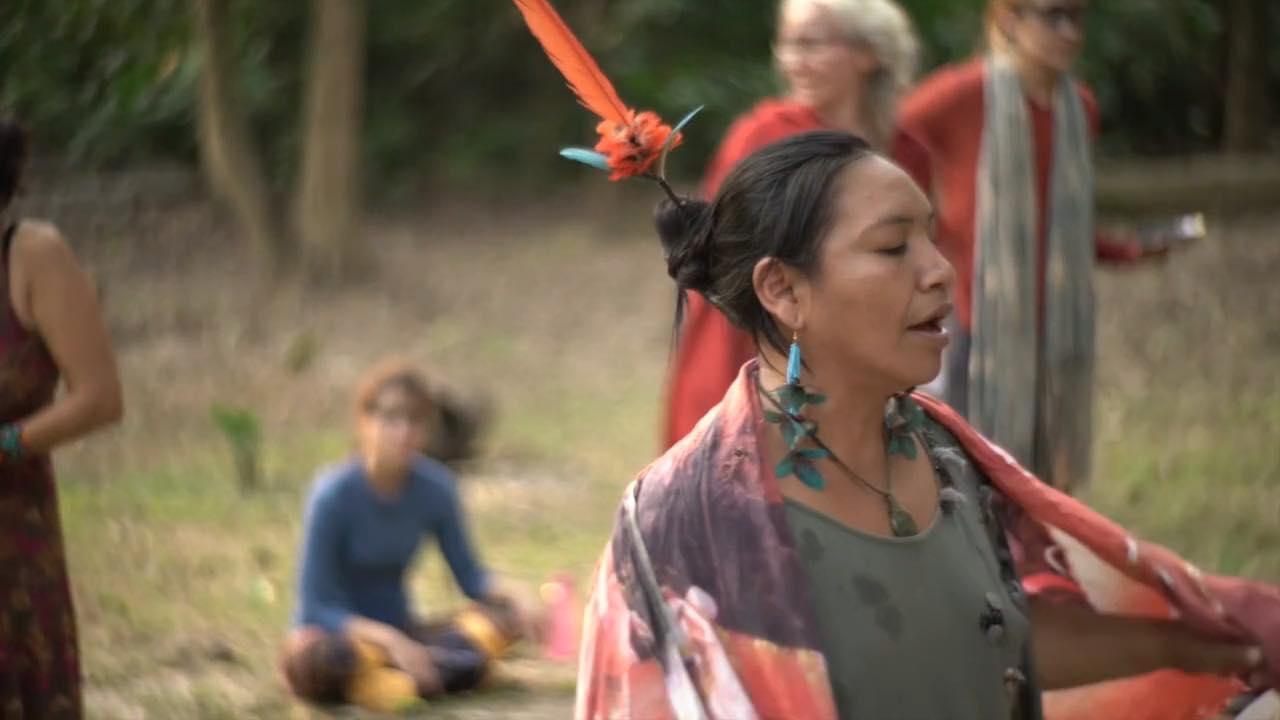 "A pajé Hushahu Yawanawá em frame do documentário ""A Pajé""."