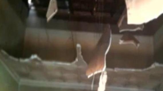 Forro na sala foi totalmente danificado.